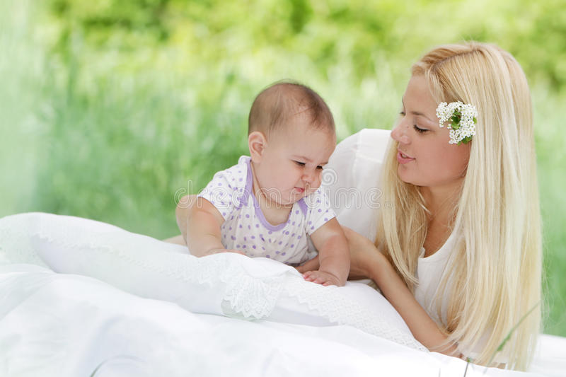 Madre e bambino felici su sfondo naturale fotografia stock