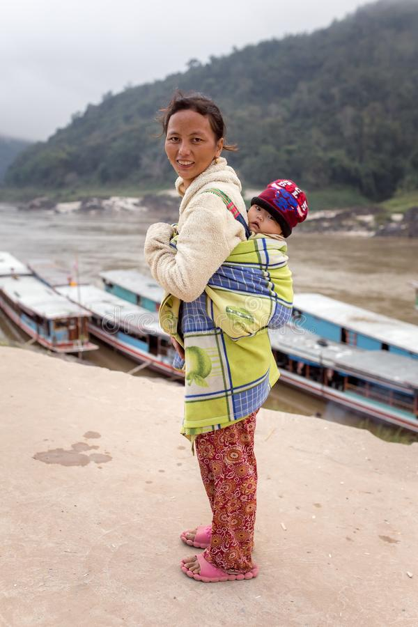 Madre e bambino laotiani non identificati nel villaggio Pak Beng sul Mekong nel Laos fotografie stock libere da diritti