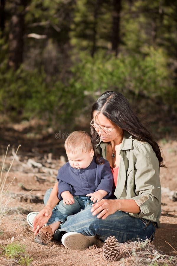 Madre e bambino in natura immagini stock
