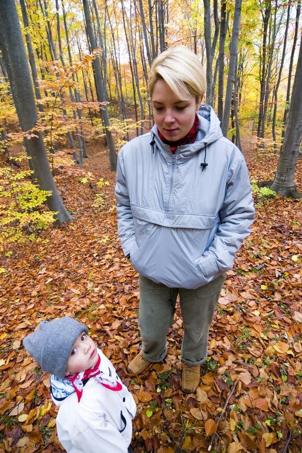Madre e bambino in natura fotografie stock