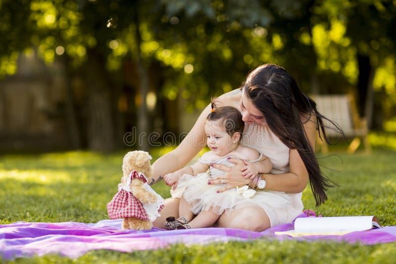 Madre e bambino nel parco di estate fotografia stock