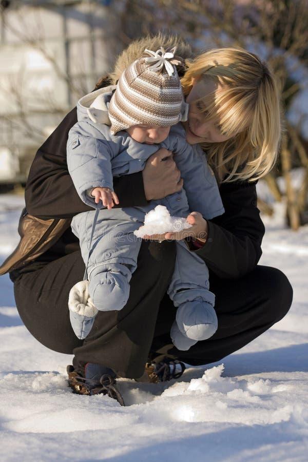 Madre e bambino sulla neve immagine stock libera da diritti