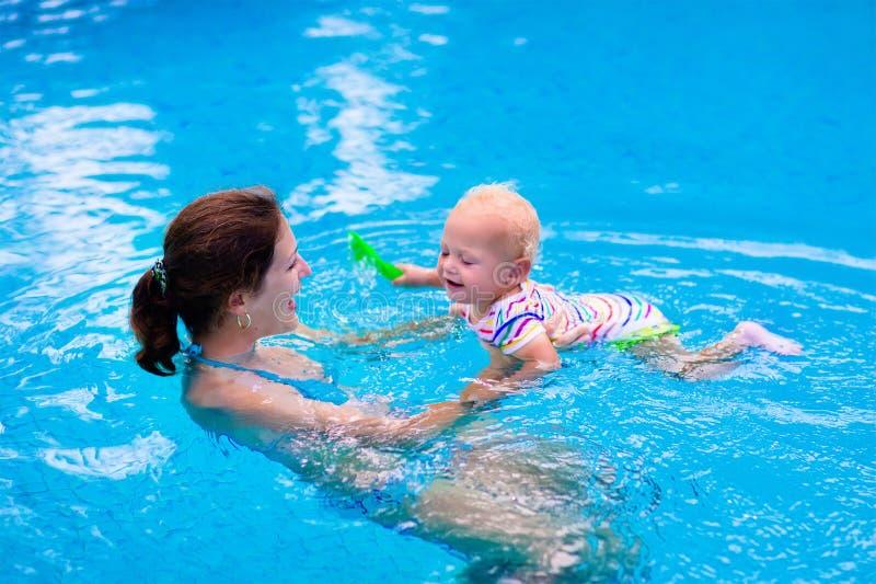 Madre e bambino in una piscina fotografia stock libera da diritti