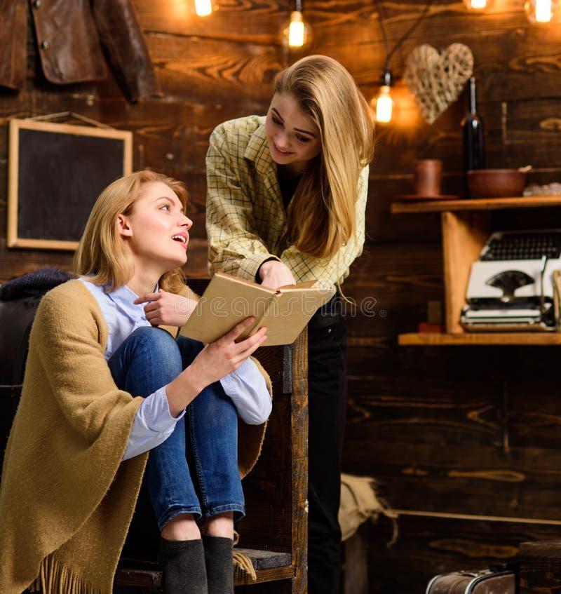 Madre e derivato o sorelle che leggono insieme, attività di svago della famiglia Ragazze che ridono circa la scena divertente in  fotografie stock libere da diritti