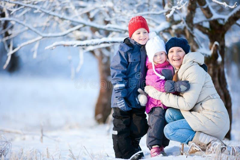 Madre e due bambini all'aperto all'inverno