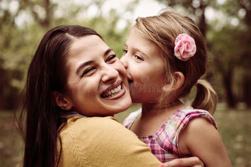 Madre e figlia all'aperto in un prato immagini stock