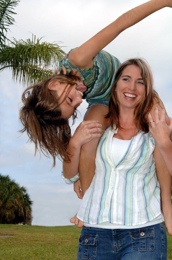 Madre e figlia allegre fotografia stock