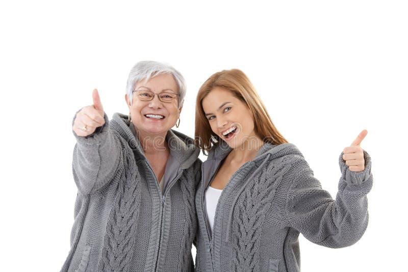 Madre e figlia che celebrano sorridere di successo fotografia stock libera da diritti