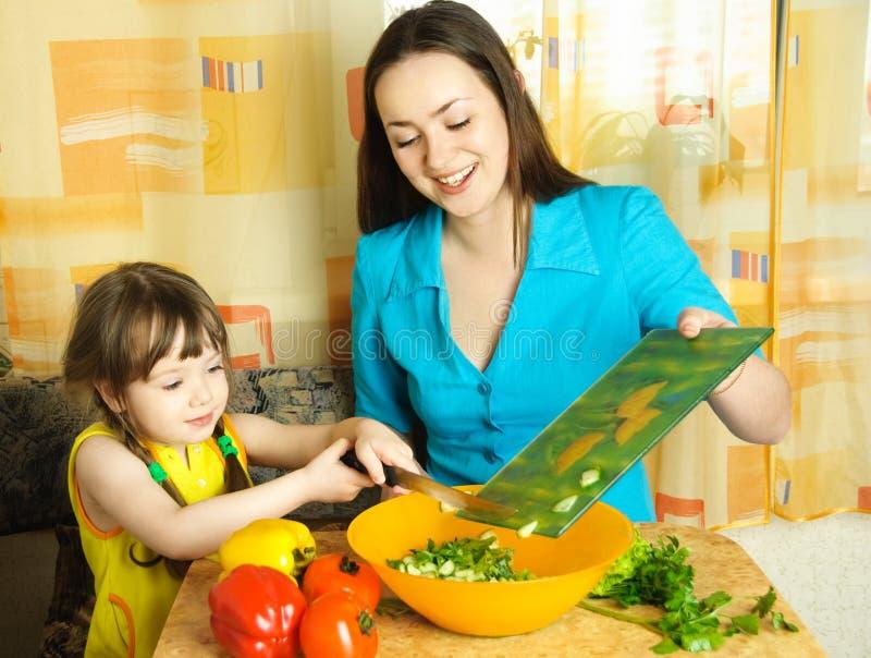 Madre e figlia che cucinano insieme fotografia stock