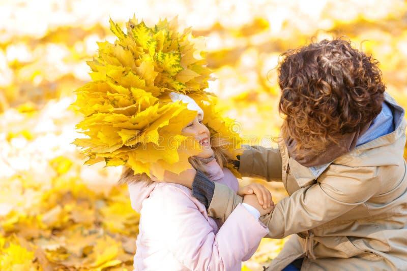 Madre e figlia che giocano nella sosta fotografia stock