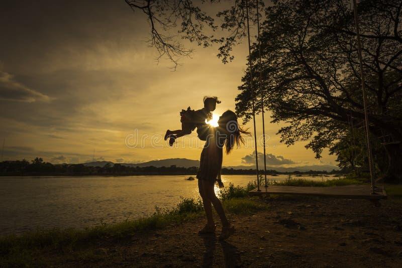 Madre e figlia che giocano sul lato del fiume fotografia stock libera da diritti