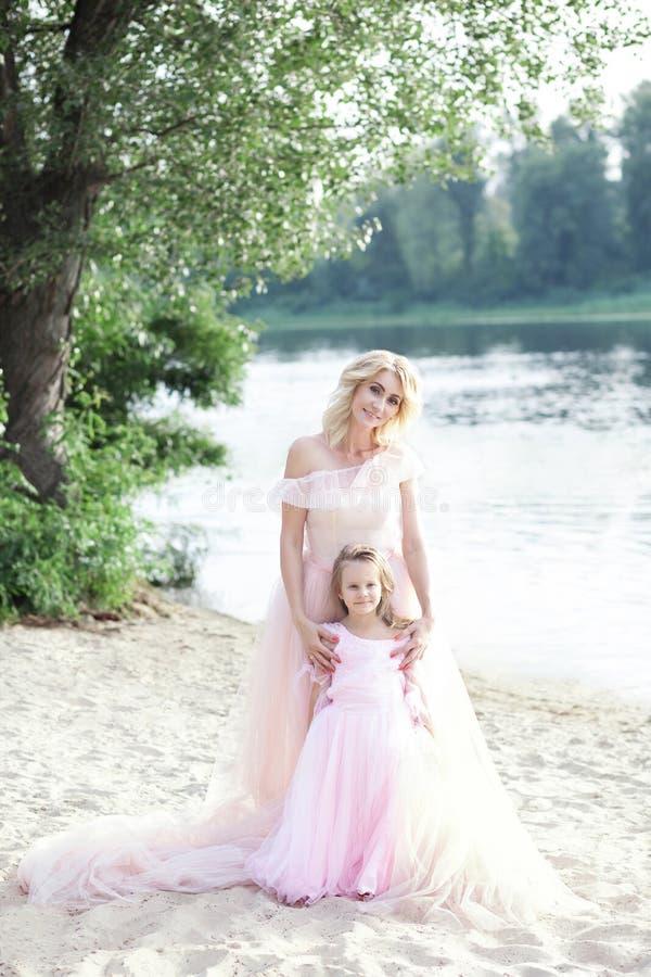Madre e figlia che hanno momenti teneri all'aperto Mamma che gode del tempo con il bambino sulla vacanza Stile di vita della fami fotografia stock libera da diritti