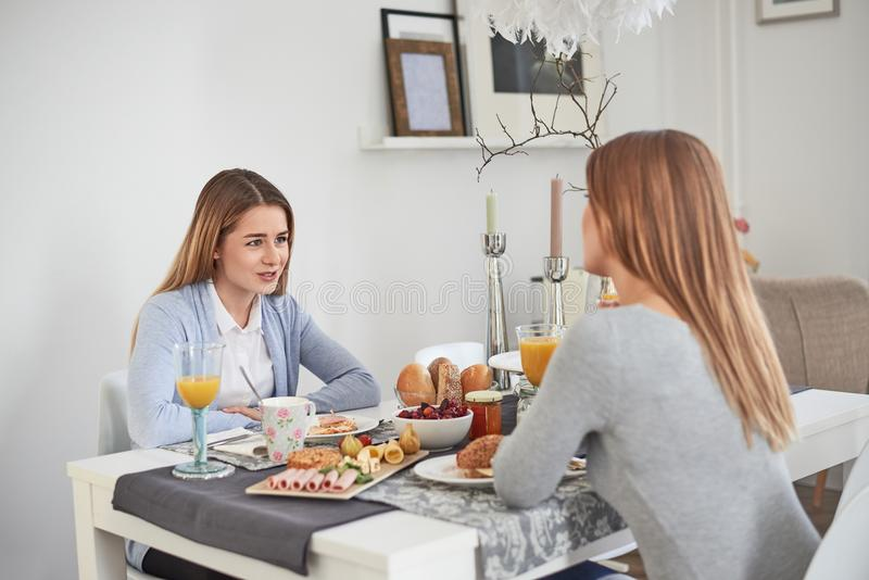 Madre e figlia che hanno una conversazione intima immagine stock