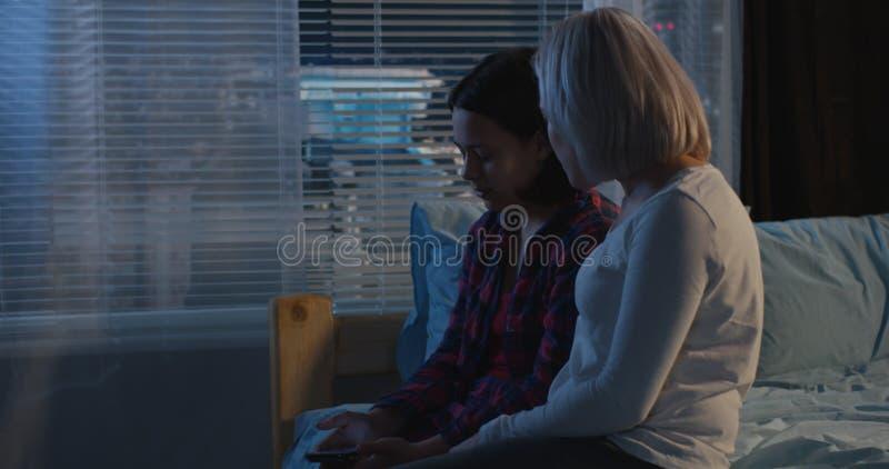 Madre e figlia che hanno una conversazione immagini stock