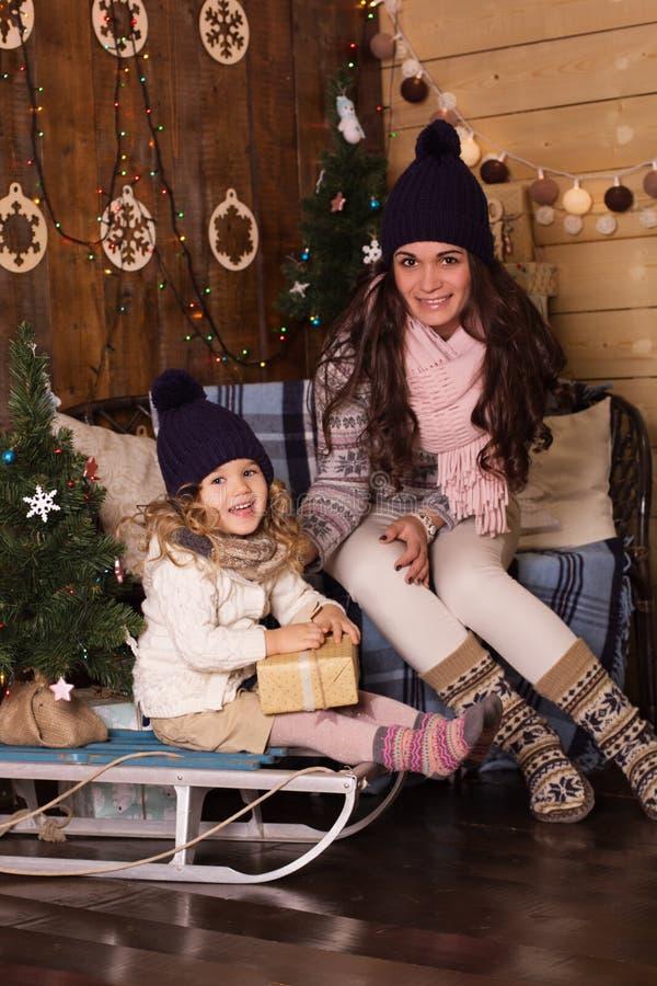 Madre e figlia che indossano il clother caldo di inverno fotografie stock libere da diritti