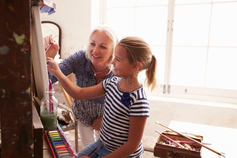 Madre e figlia che lavorano alla pittura in Art Studio fotografia stock libera da diritti