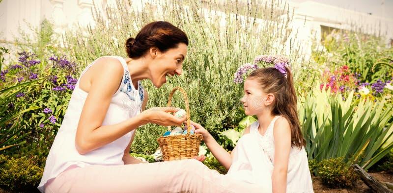 Madre e figlia che raccolgono le uova di Pasqua fotografia stock libera da diritti
