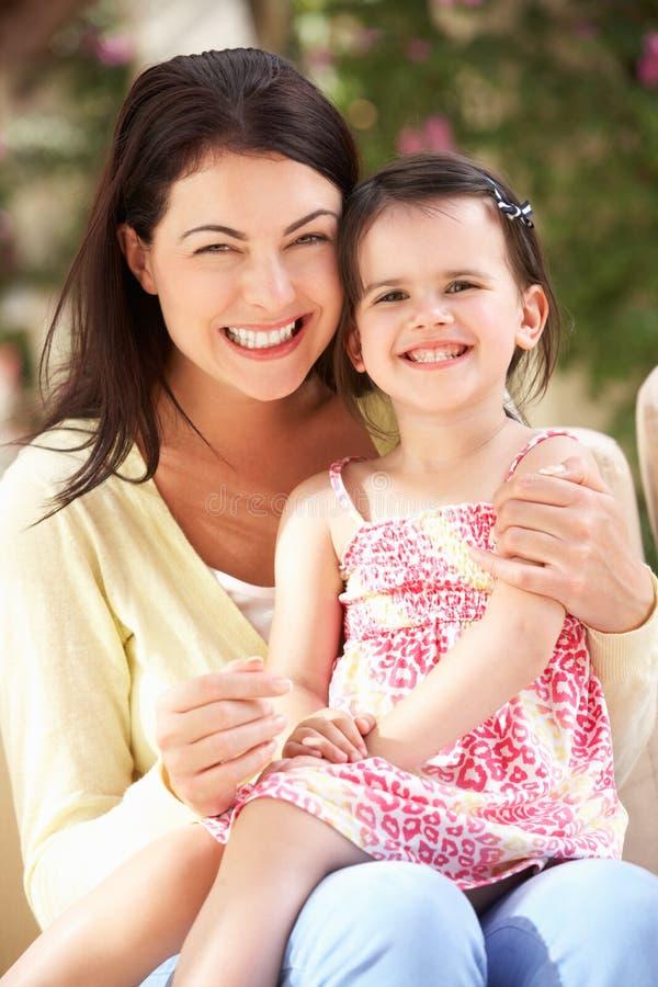 Madre e figlia che si distendono insieme sul sofà fotografie stock