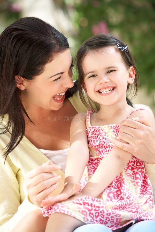 Madre e figlia che si distendono insieme sul sofà fotografie stock libere da diritti