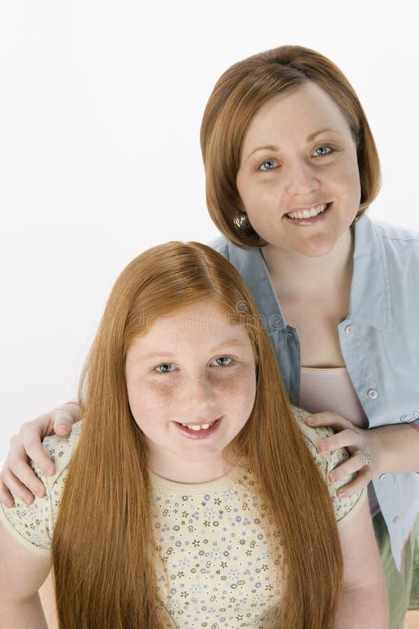 Madre e figlia che sorridono insieme fotografia stock libera da diritti