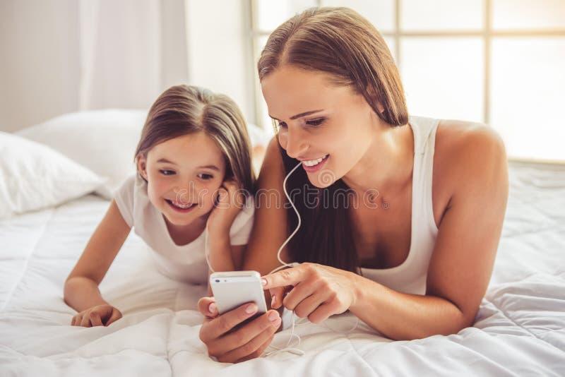 Madre e figlia con l'aggeggio immagine stock