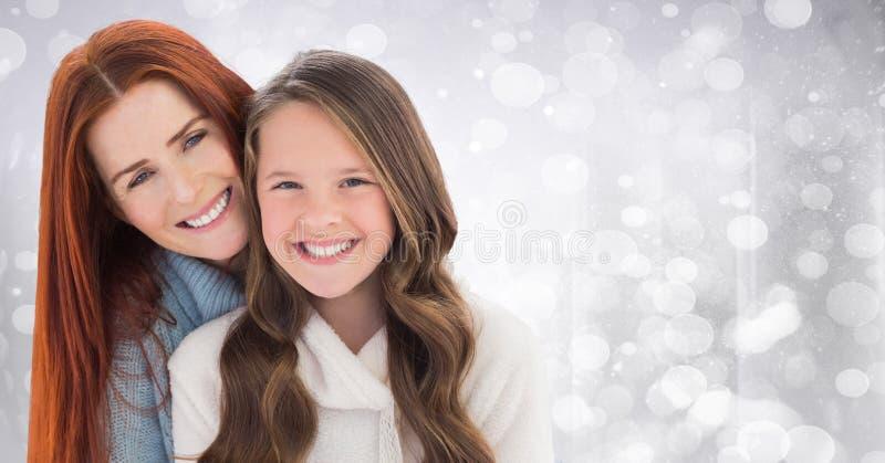 Madre e figlia contro bokeh bianco fotografia stock libera da diritti
