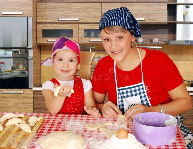 Madre e figlia in cucina immagine stock