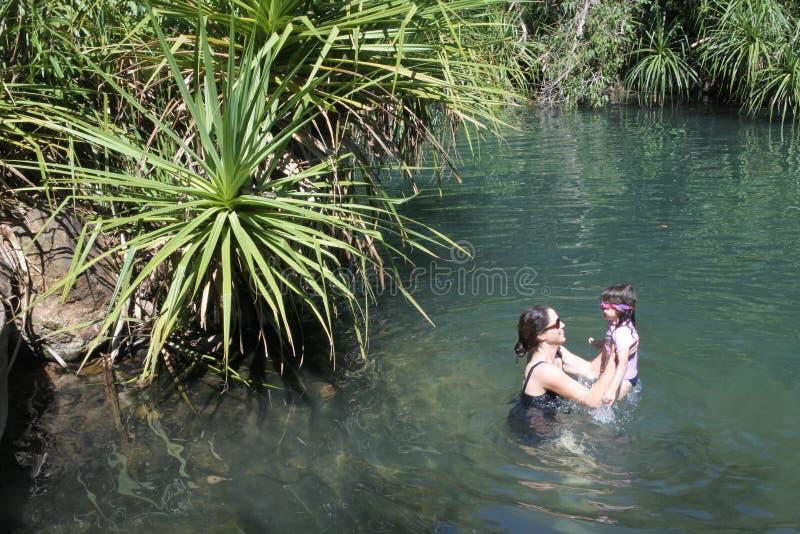 Madre e figlia divertendosi in Berry Springs Nature Reserve nel Territorio del Nord dell'Australia fotografie stock libere da diritti