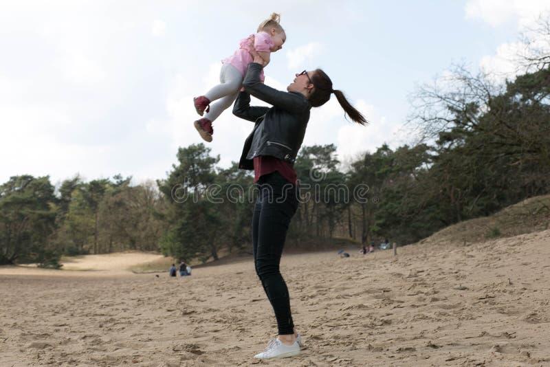Madre e figlia divertendosi fuori fotografia stock