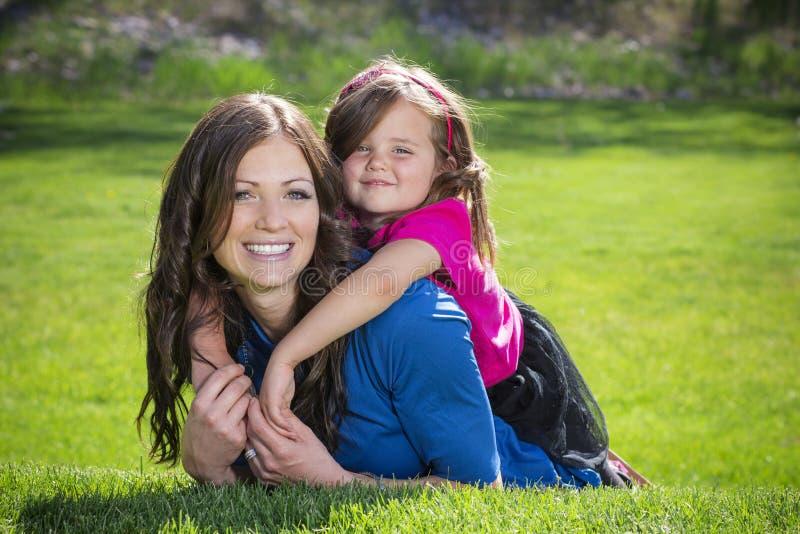 Madre e figlia divertendosi insieme all'aperto immagine stock