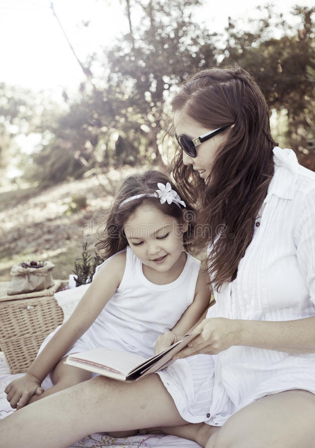 Madre e figlia felici immagini stock