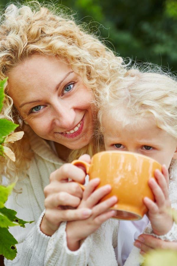 Madre e figlia felici fotografie stock libere da diritti