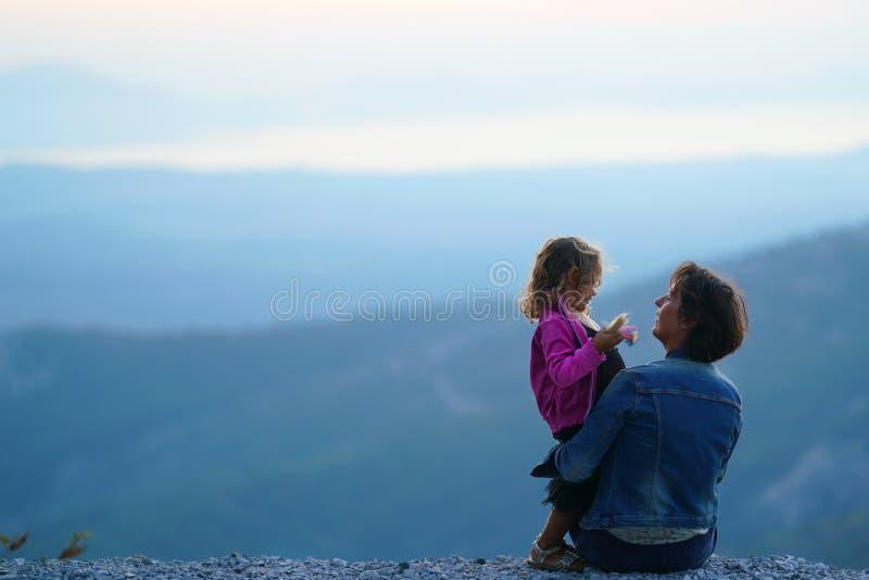 Madre e figlia felici contro il contesto della natura incantata della montagna in Euboea, Grecia fotografie stock libere da diritti
