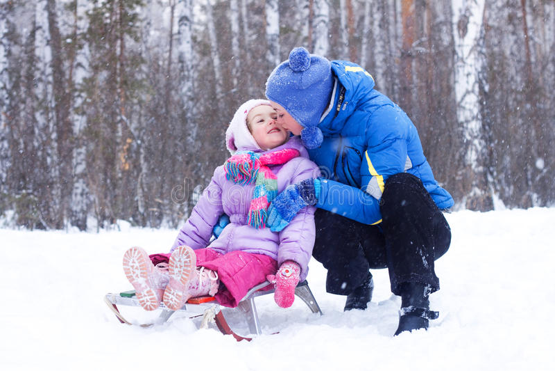 Madre e figlia felici in una sosta di inverno immagine stock