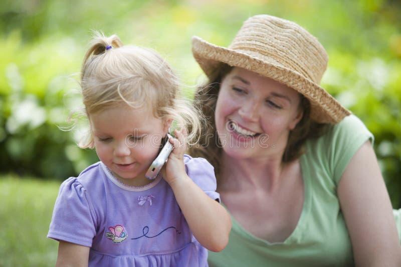 Madre e figlia in giardino fotografia stock libera da diritti