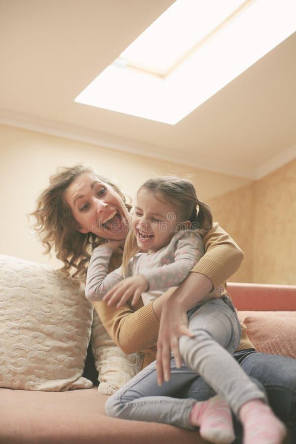 Madre e figlia Gioco e sorridere fotografia stock