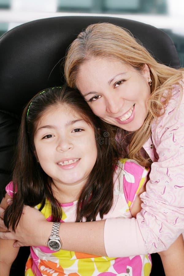 Madre e figlia nel paese immagini stock