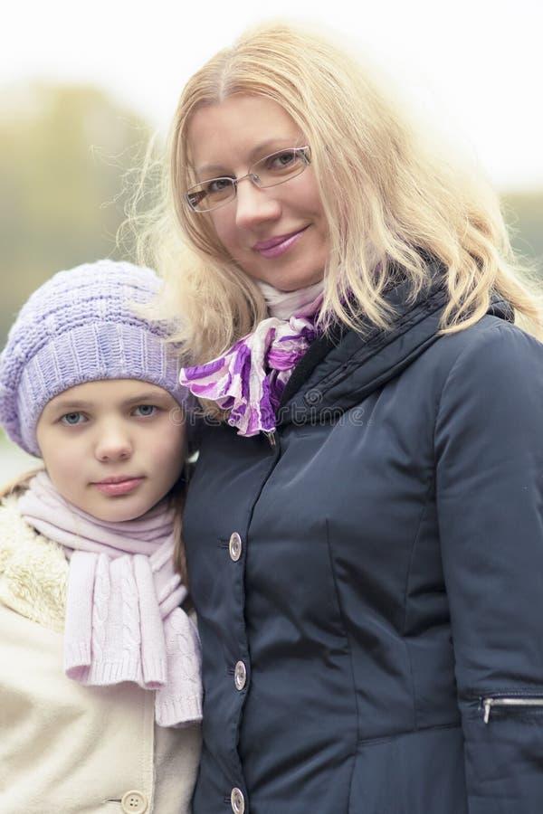 Download Madre e figlia nel parco immagine stock. Immagine di famiglia - 30827793