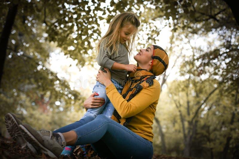 Madre e figlia nell'emozione di amore fotografia stock libera da diritti