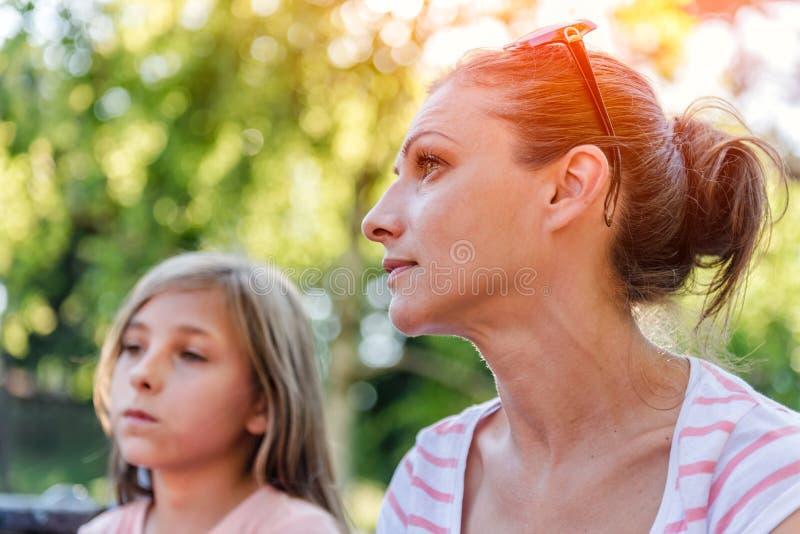 Madre e figlia nella sosta fotografia stock libera da diritti