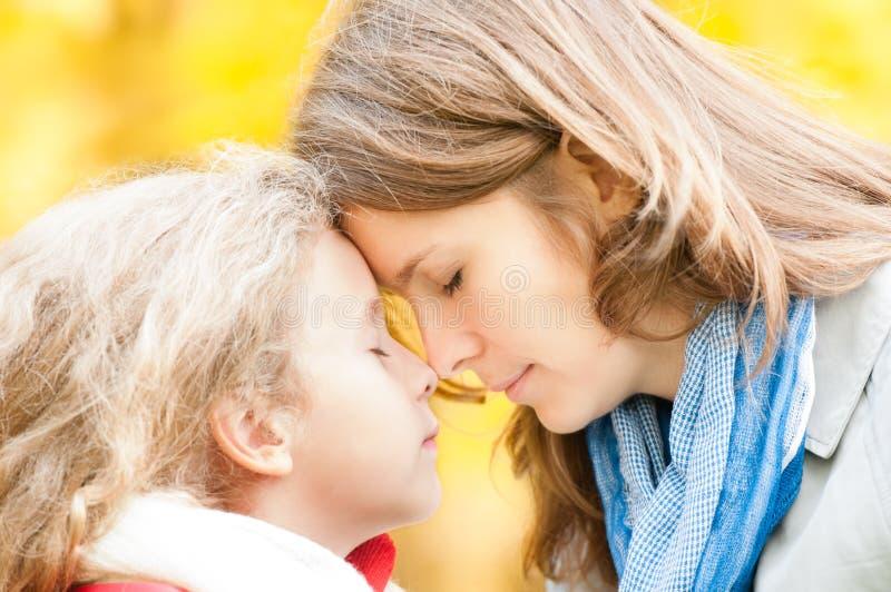 Madre e figlia nella sosta di autunno. fotografia stock