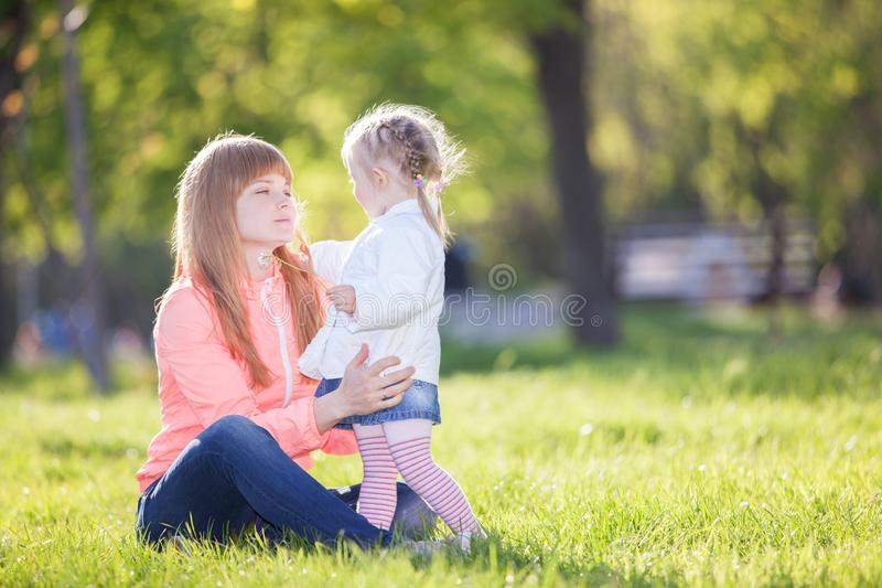 Madre e figlia nella sosta Scena della natura di bellezza con fondo variopinto alla stagione primaverile Stile di vita esterno de immagini stock libere da diritti