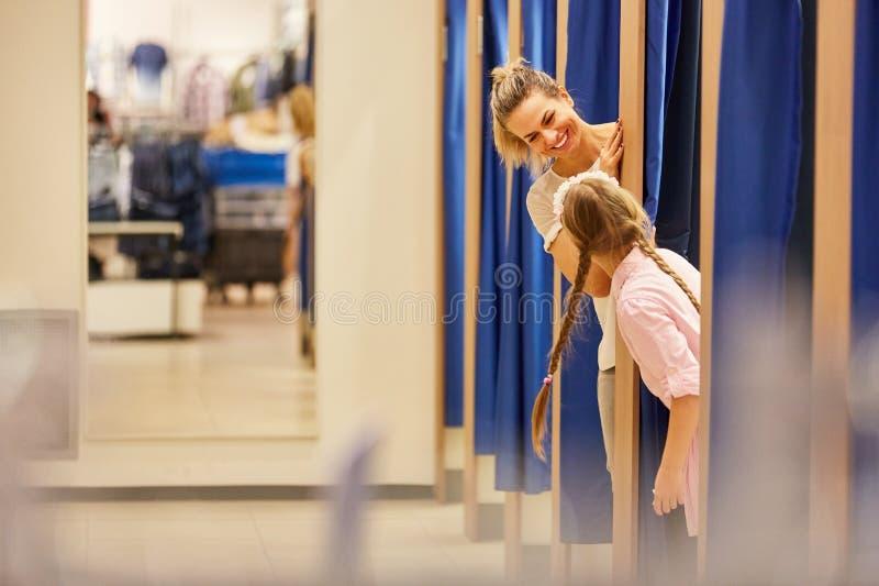 Madre e figlia nello spogliatoio fotografia stock libera da diritti