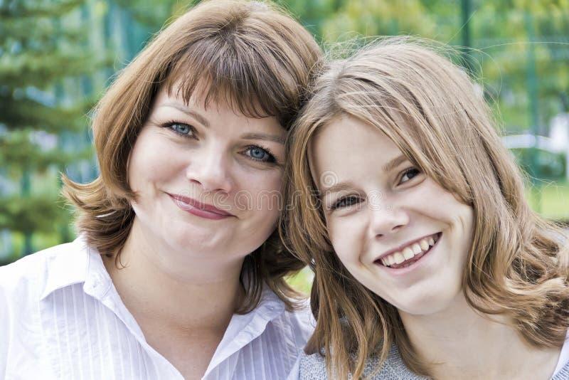 Madre e figlia più felici quattordici anni fotografie stock