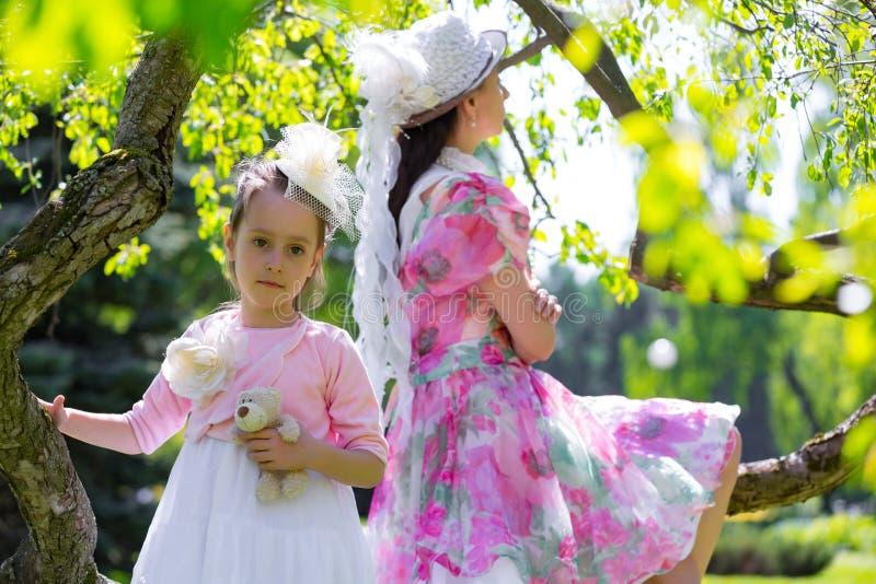 Madre e figlia in un parco di estate fotografie stock