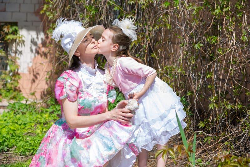 Madre e figlia in un parco di estate fotografia stock libera da diritti