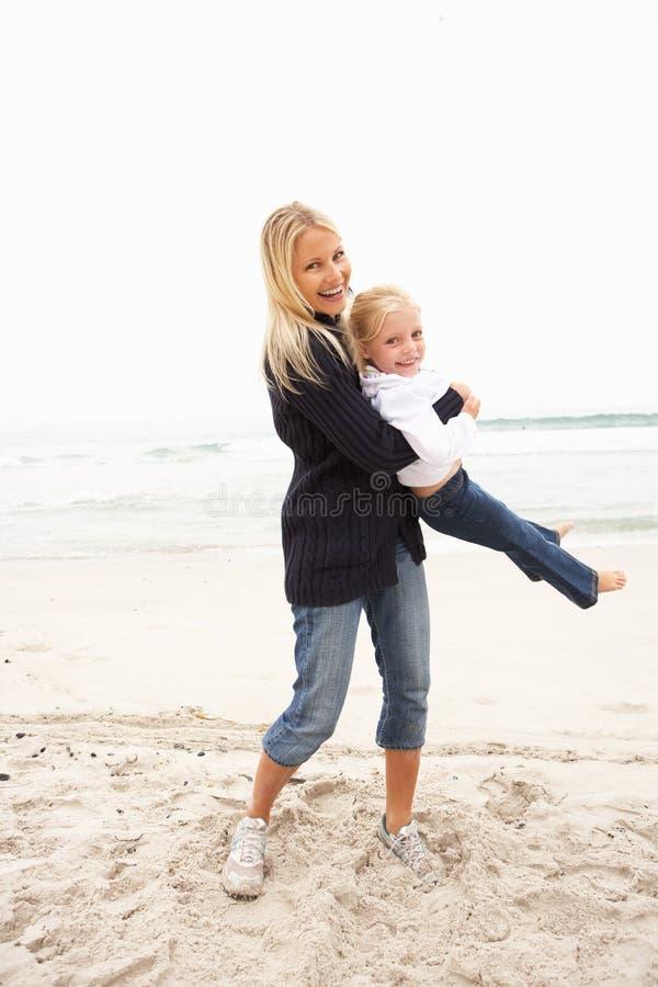 Madre e figlia in vacanza che ha divertimento sulla spiaggia fotografia stock libera da diritti