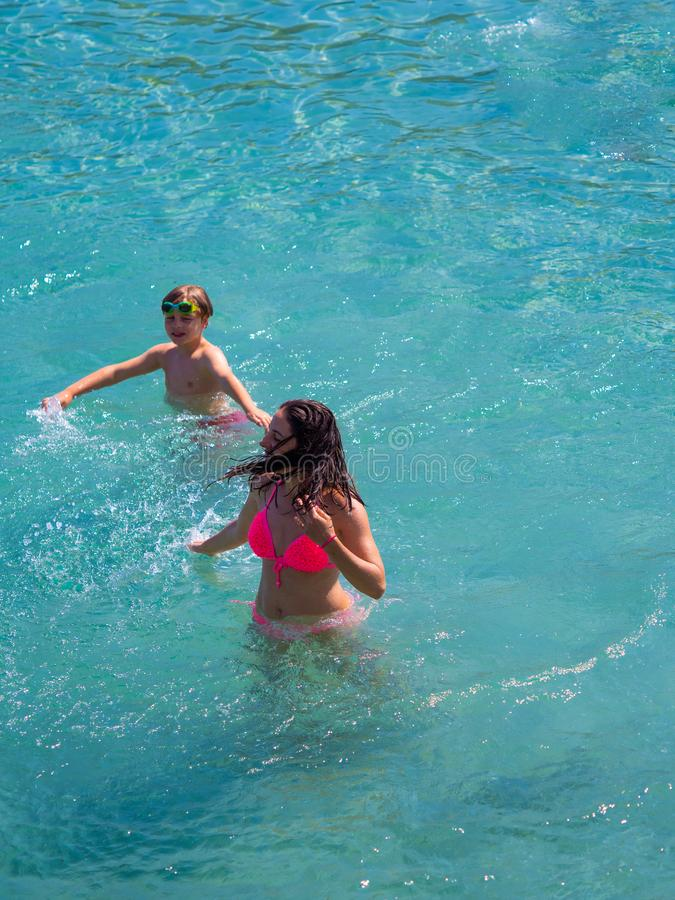 Madre e figlio in acqua fotografia stock libera da diritti