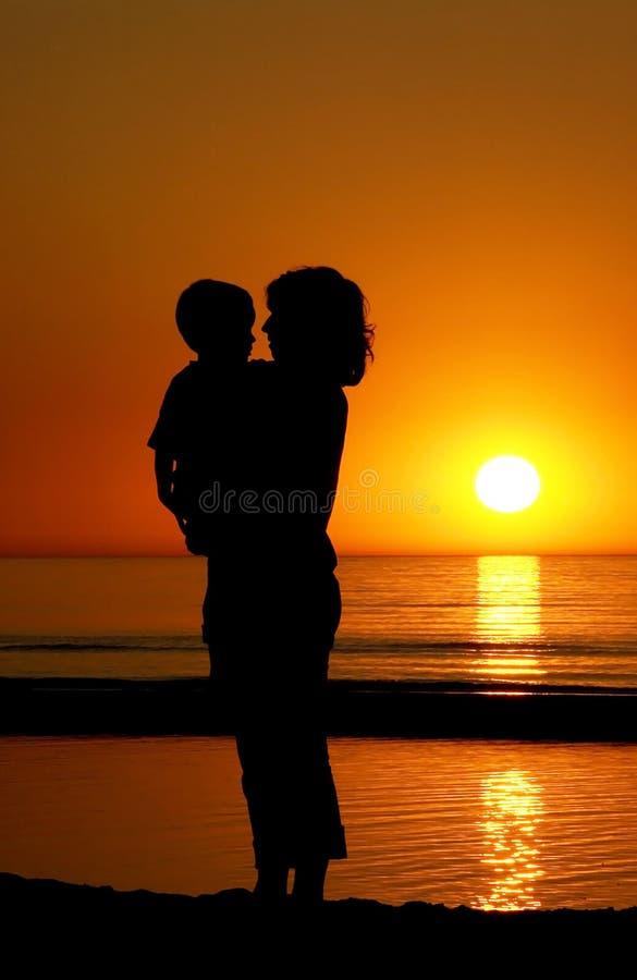 Madre e figlio al tramonto fotografia stock