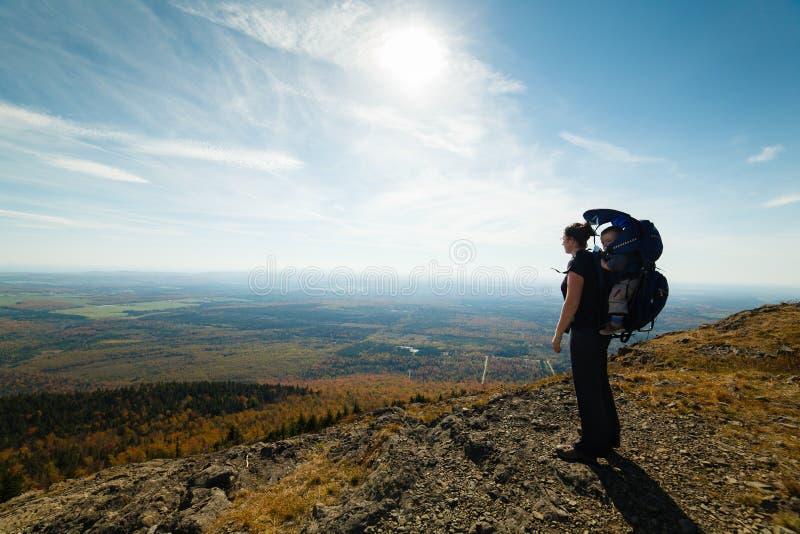 Madre e figlio alla cima di una montagna fotografia stock libera da diritti